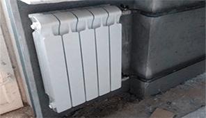 радиатор установлен под окно на газосварку обход угла